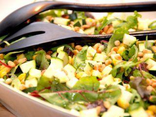 En sund og dejlig salat med squash og majs, og squashsalaten dryppes med en let syrlig salatdressing. Foto: Madensverden.dk.