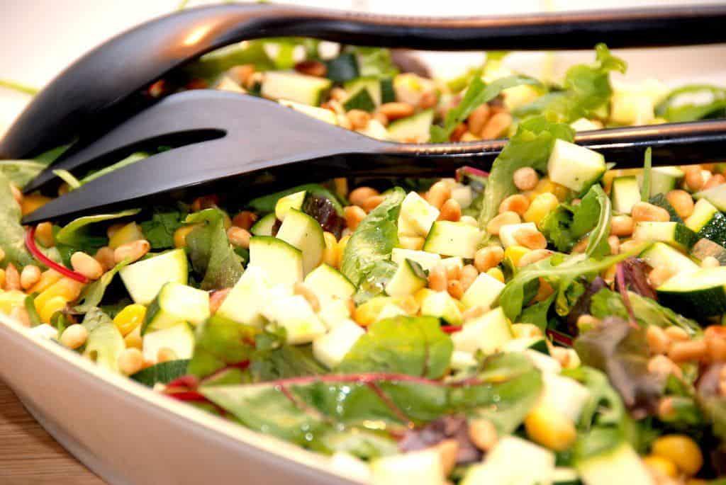 Salat med squash, majs og pinjekerner