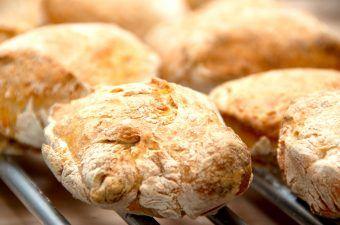Det er meget nemt at lave disse lækre sandwich brød, der ikke skal æltes. Dejen hæver i seks timer, og efter bagning fyldes brødene med eksempelvis salt, kylling og tomat. Foto: Madensverden.dk.