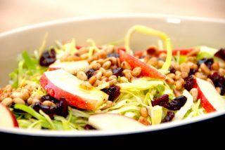 Spidskål salat med pinjekerner og æbler