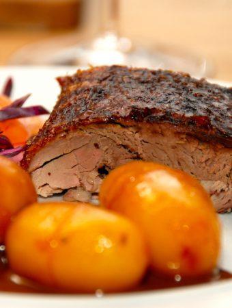 Mør og saftig andesteg med svesker, der naturligvis skal nydes sammen med brunede kartofler.Anden steges i tre timer og 30 minutter ved 160 grader. Foto: Madensverden.dk.