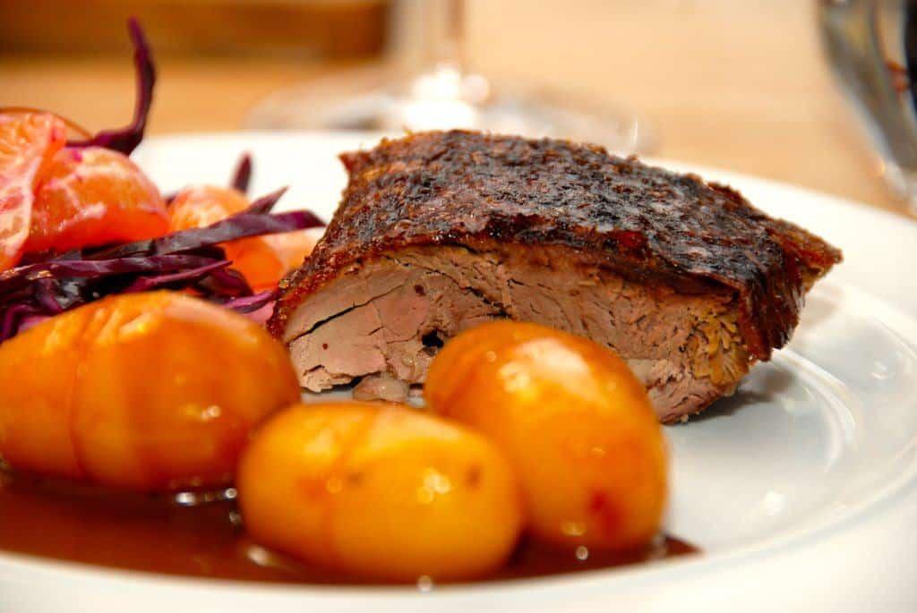 Andesteg med svesker og brunede kartofler