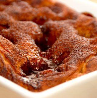 Friskbagt brunsviger er noget af det allerbedste. Brunsvigeren er nationalkage på Fyn, men kagen nydes overalt i Danmark. Her bagt med en lækker kanelremonce. Foto: Madensverden.dk.