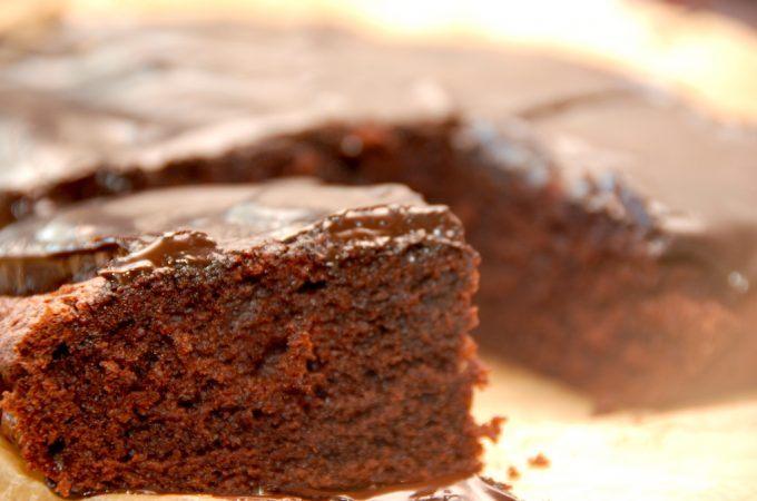 En meget lækker chokoladekage med Nutella i bradepande, og her er chokoladekagen overtrukket med en god chokoladecreme. Foto: Madensverden.dk.