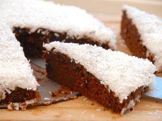 Den bedste chokoladekage opskrift med glasur og kokos, og chokoladekagen er virkelig svampet og lækker. Chokoladekagen er bagt i en springform, men andre fade eller forme kan også anvendes. Foto: Madensverden.dk.