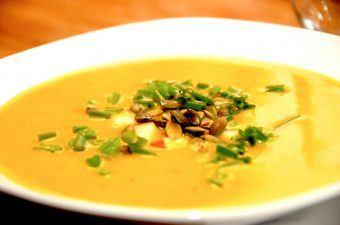 billede med græskarsuppe i tallerken
