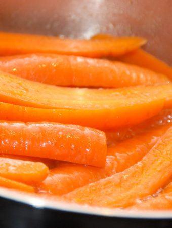 Dampede gulerødder er lækkert tilbehør, og det er meget nemt at tilberede gulerødder på denne måde. Foto: Madensverden.dk.