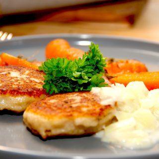 Lækre og stegte fiskefrikadeller med stuvet hvidkål er sund aftensmad, som kan laves på under en time. Serveres eventuelt med dampede gulerødder. Foto: Madensverden.dk.