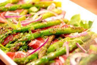 Forret med asparges, skinke og salat