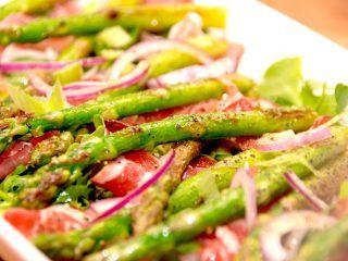 En særdeles lækker forret med asparges og skinke. Der kommes også lidt rødløg, rucola og forårsløg i forretten, der dryppes med en god sherryeddike og olivenolie. Foto: Madensverden.dk.