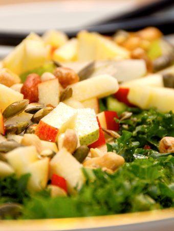Grønkålssalat med æble er en lækker og sund salat i den mørke tid, og grønkålssalaten passer godt til blandt andet kalve- og oksesteg. Foto: Madensverden.dk.