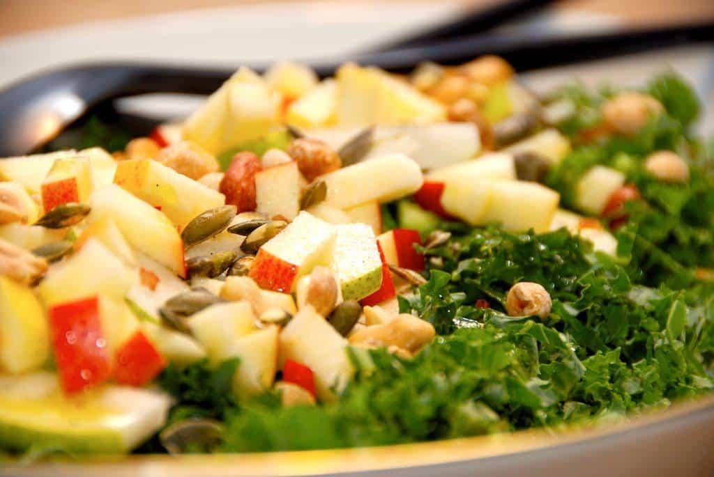 Grønkålssalat med æble, pære og nødder