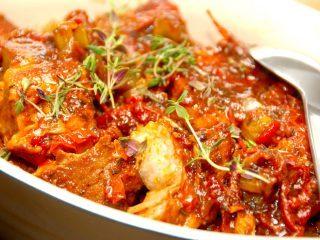 De fire bedste gryderetter, og en af dem er blandt andet denne italienske gryderet med soltørrede tomater. Foto: Madensverden.dk.