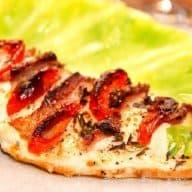 Hasselback kylling, der er fyldt med bacon og tomat, og derefter stegt i ovnen. Her serveret med dampet spidskål. Foto: Madensverden.dk.