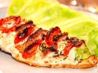 En meget lækker hasselback kylling, der er fyldt med bacon og tomat, og derefter stegt i ovnen. Her serveret med dampet spidskål. Foto: Madensverden.dk.