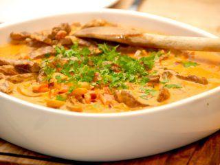 En lækker og hurtig bøf stroganoff, der kan laves på få minutter. Retten serveres med en luftig kartoffelmos, og er en virkelig god aftensmad. Foto: Madensverden.dk.