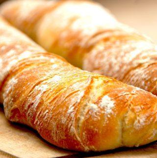 Sprøde og lækre italienske flutes, der er meget nemme at bage. Perfekte som madbrød, eller prøv at skære dem i tynde skiver og nyd med skiver af italienske spegepølse. Foto: Madensverden.dk