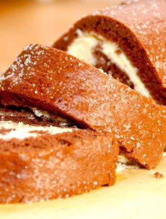 En meget lækker og hurtig kakaoroulade med flødeskum, der kan laves på ganske få minutter Foto: Madensverden.dk.