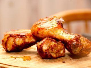 Sprøde og møre ovnstegte kyllingelår med paprikamarinade, der er kylling med masser af smag. Og en meget nem opskrift. Foto: Madensverden.dk.