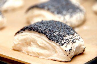 Langtidshævede rundstykker er nemme at bage, og dejen laves aftenen før, hvorefter den hæver natten over på køkkenbordet. Foto: Madensverden.dk.