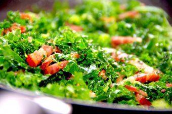 Lækker og lynstegt grønkål med bacon, og der tilsættes også ristede pinjekerner. Super dejligt tilbehør til retter med kød. Foto: Madensverden.dk.