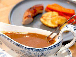 Medisterpølse med brun sovs og kartofler er en rigtig dansk klassiker, der smager rigtig godt. Her kan du se hvordan du bedst steger medisterpølse på panden. Foto: Madensverden..dk.