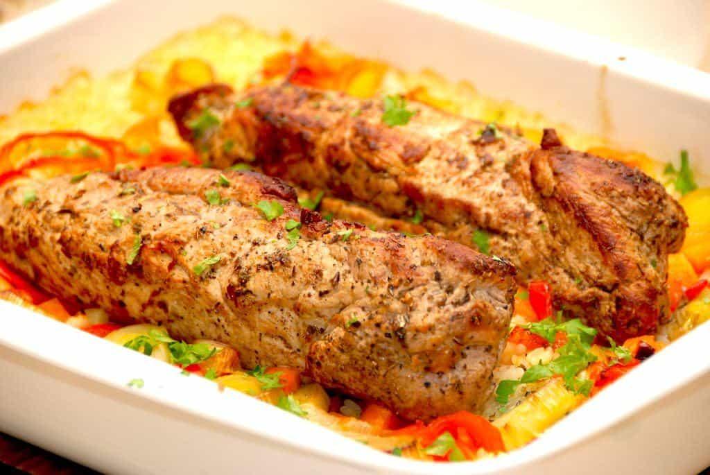 Et dejligt mørbradfad med ris og lækre grøntsager er nem hverdagsmad, da hele retten laves i fadet. Indholdet kan varieres alt efter hvad du har i køleskabet. Foto: Madensverden.dk.