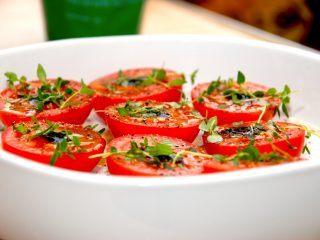 Lækre og ovnbagte tomater, der bages i 20 minutter med lidt balsamico og timian. Tomaterne er gode til en bøf eller andet oksekød. Foto: Madensverden.dk.