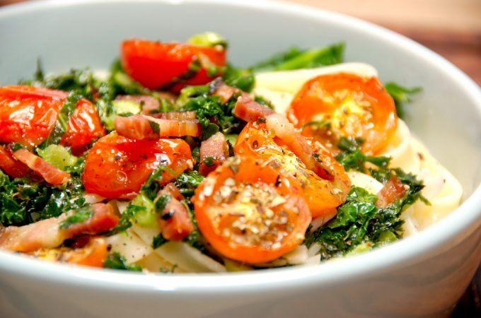 Lækker pasta med grønkål, hvor grønkålen steges let sammen med sprøde stykker bacon. Serveres med bagte tomater. Foto: Madensverden.dk.