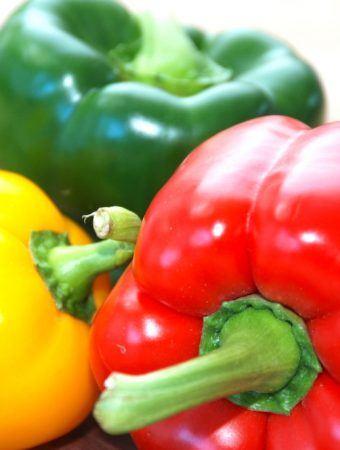 Peberfrugter er farverige, og de mest almindelige er de grønne, gule og røde. Men hvad er egentlig forskellen på peberfrugterne? Foto: Madensverden.dk.