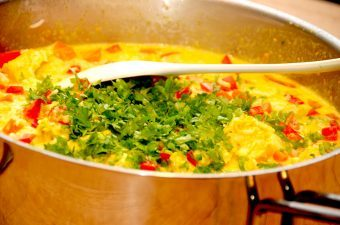 Du kan med fordel lave denne risret med kylling i en stor sauterpande, og retten er klar på cirka 20 minutter. Den indeholder blandt andet ris, karry og lækre grøntsager. Foto: Madensverden.dk.