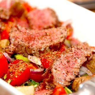 En meget velsmagende salat med bøf af oksetyksteg og bagte tomater. I salaten er der også rucola og andre lækre råvarer. Foto: Madensverden.dk.