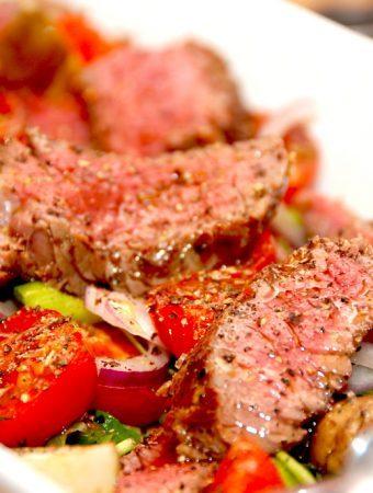 Salat med bøf af oksetyksteg og bagte tomater