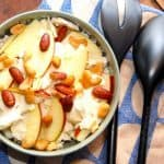 Sprød og lækker salat med rå blomkål, der blandes med æblebåde og cashewnødder. Det er en virkelig crispy salat, som smager helt fantastisk godt. Foto: Madensverden.dk.