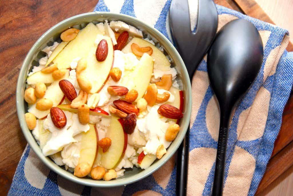 Salat med rå blomkål, æbler og nødder