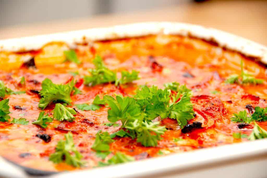 Lækker hverdagsmad med svinekoteletter i fad med whiskysovs. I fadet er der også ristede champignon og peberfrugter. Foto: Madensverden.dk.