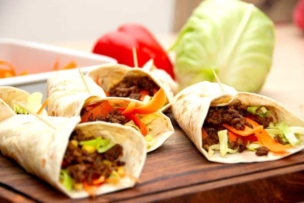 Wraps med hakket oksekød og grønt