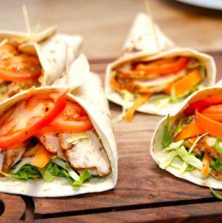 Meget nemme wraps med kylling, og de fyldes også med spidskål, gulerod og tomater. Wraps ernem aftensmad på ingen tid. Foto: Madensverden.dk.