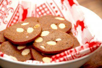 Lækre og sprøde brunkager med pistacienødder og smuttede mandler. Brunkagerne bliver mere rustikke og med masser af den helt rigtige og krydrede smag af jul. Foto: Madensverden.dk.