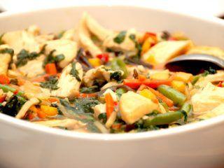 Chop suey med kylling og wokblanding, og det er en ret, som du kan tilberede på 10 minutter. Serveres med kogte ris. Foto: Madensverden.dk.
