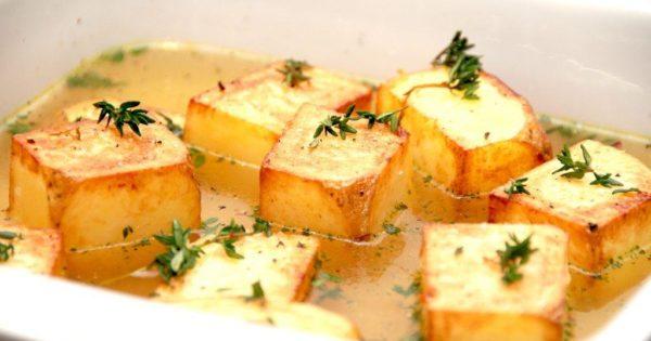Fondant kartofler er en meget nem kartoffel, der også kaldes pommes fondant. Den er faktisk ret nem at lave, og alligevel er den festligt tilbehør til blandt andet bøffer. Foto: Madensverden.dk.