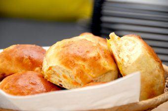 Store og luftige gulerodsboller, der er bagt af en bløddej. Gulerodsbollerne er gode til kaffen, men også fine til madpakken. Foto: Madensverden.dk.