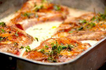 Store og lækre herregårdskoteletter med ben, der steges møre i ovnen. Herregårdskoteletterne vejer omkring 300 gram stykket, så der er masser af mad. Foto: Madensverden.dk.