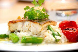 En lækker kulmule med asparges risotto, hvor den pandestegte fisk anrettes ovenpå en risotto med asparges. Foto: Madensverden.dk.