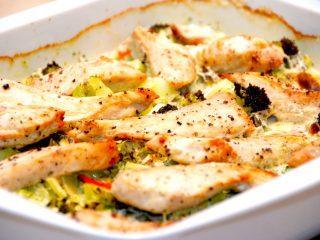 Et lækkert fad, der indeholder kylling med broccoli og en dejlig flødesovs. Nem mad på en travl hverdag, og den serveres med pasta. Foto: Madensverden.dk.