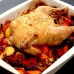 Kylling med rødbeder er en nem opskrift, hvor en hel kylling steges i ovnen på bund af rødbeder, kartofler og gulerødder. Det hele lægges i et fad, og steges cirka 50 minutter i ovnen. Foto: Madensverden.dk.