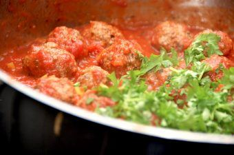 Lady og Vagabondens kødboller i tomatsovs er ikke kun mad fra en vidunderlig historie, det er også mad med masser af smag. Og så er retten utrolig nem at lave. Foto: Madensverden.dk.