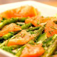 Laksesalat med røget laks er en nem og klassisk forret, som jeg her har lavet på en bund af en blandet grøn salat og grønne asparges. Laksen pyntes med lidt purløg og friskkværnet peber. Foto: Madensverden.dk.