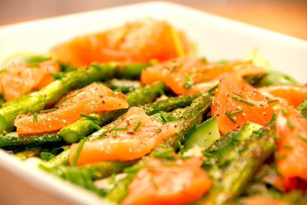Laksesalat med røget laks og grønne asparges