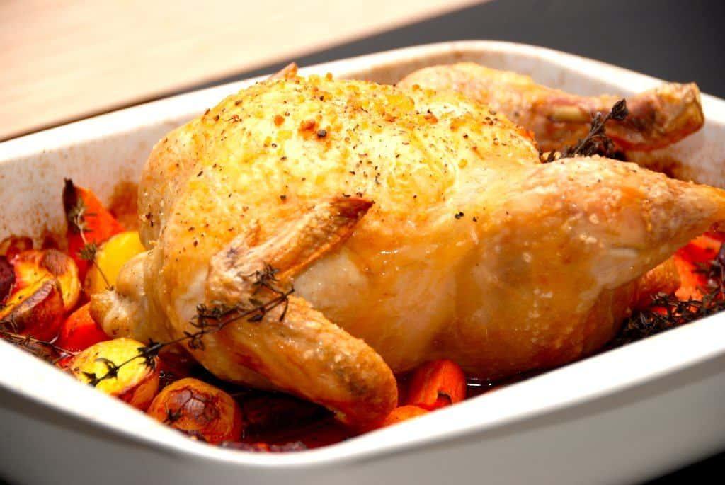 Madplan uge 47 byder blandt andet på denne lækre kylling med rødbeder. God og sund hverdagsmad, men prøv også den dejlige kulmule eller suppe med spidskål. Foto: Madensverden.dk.